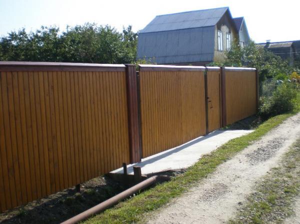 Забор из профнастила и дерева своими руками