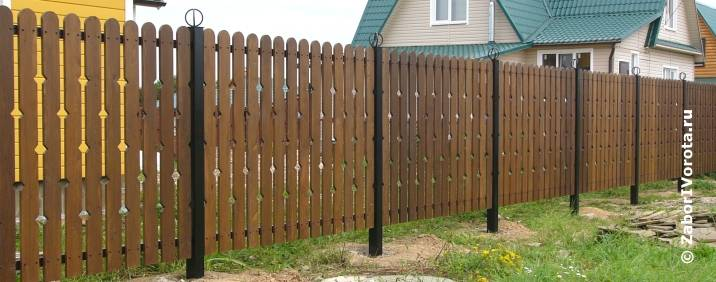 Как сделать деревянный забор с железными столбами