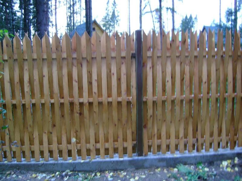 Плетеный забор в дизайне участка